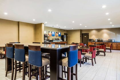 Enjoy breakfast in this seating area | Comfort Inn Romeoville - Bolingbrook