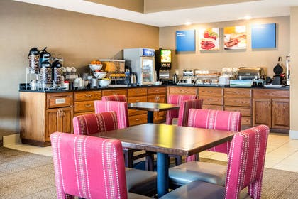 Enjoy breakfast in this seating area | Comfort Suites Normal University area