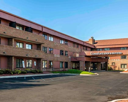 Hotel entrance | Comfort Inn & Suites North at the Pyramids