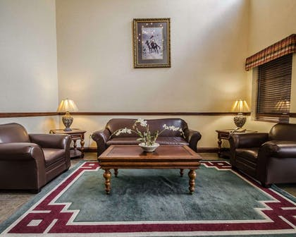 Spacious lobby with sitting area | Quality Suites