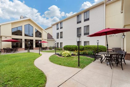 Hotel courtyard   Comfort Inn And Suites