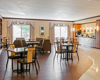 Enjoy breakfast in this spacious area | Comfort Suites Southport