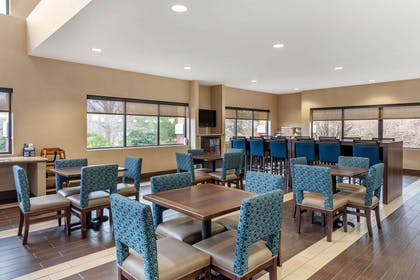 Breakfast area | Comfort Suites South