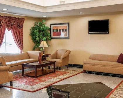 Lobby with sitting area | Comfort Suites near Indianapolis Airport