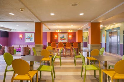 Hotel lounge | Clarion Inn & Suites