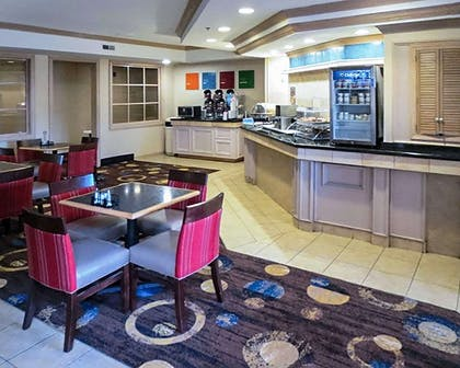 Enjoy breakfast in this spacious area | Comfort Suites South