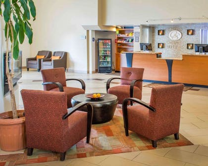 Lobby with sitting area | Comfort Suites Waldorf