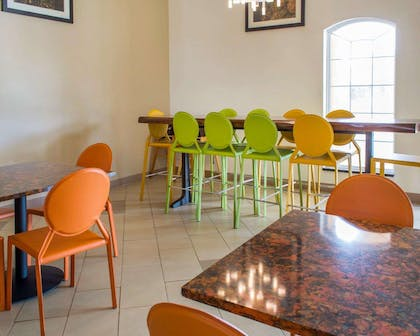 Enjoy breakfast in this seating area | Comfort Suites Waldorf