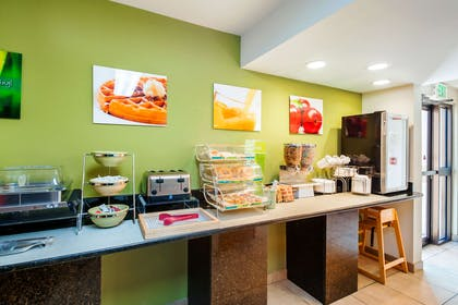 Breakfast area | Quality Inn