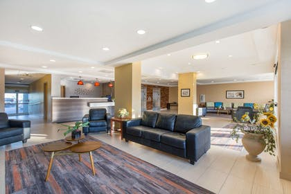 Lobby with sitting area | Gateway Hotel & Suites, an Ascend Hotel Collection Member