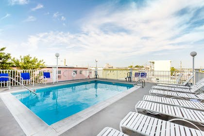 Outdoor pool | Gateway Hotel & Suites, an Ascend Hotel Collection Member