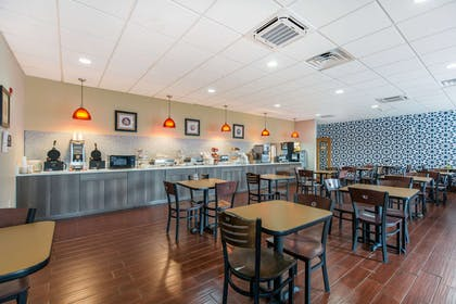 Spacious breakfast area | Gateway Hotel & Suites, an Ascend Hotel Collection Member