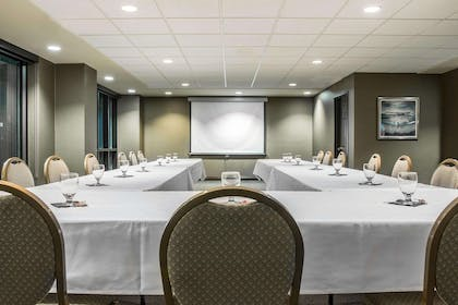 Meeting room with u-shaped setup | Shoreline Inn & Conference Center an Ascend Collection Hotel