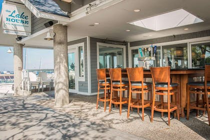 The Lake House outdoor bar | Shoreline Inn & Conference Center an Ascend Collection Hotel