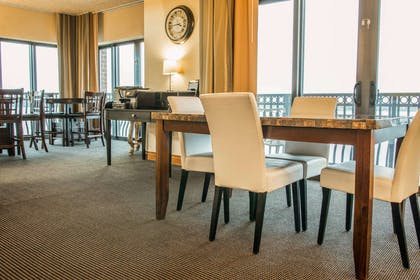 Club lounge | Shoreline Inn & Conference Center an Ascend Collection Hotel