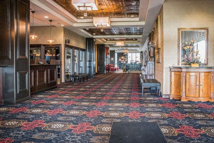 Spacious lobby | Shoreline Inn & Conference Center an Ascend Collection Hotel