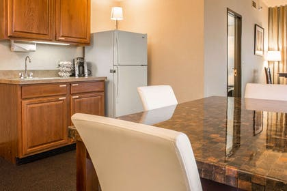Club lounge with kitchenette | Shoreline Inn & Conference Center an Ascend Collection Hotel