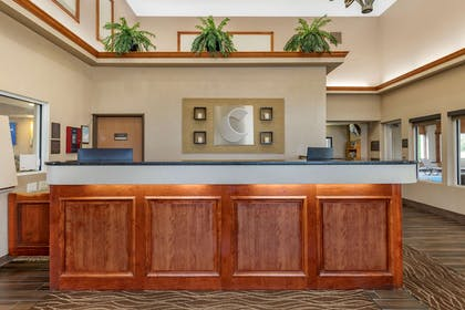 Front desk with friendly staff   Comfort Inn & Suites Diamondale – Lansing