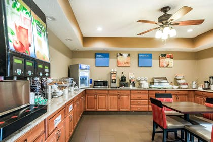 Breakfast area | Comfort Inn Wings Stadium