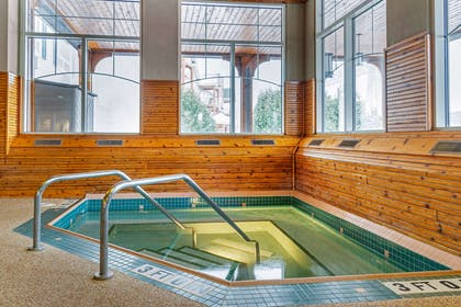 Indoor pool with hot tub | Comfort Suites Canal Park