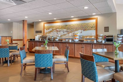 Enjoy breakfast in this seating area | Comfort Suites Canal Park