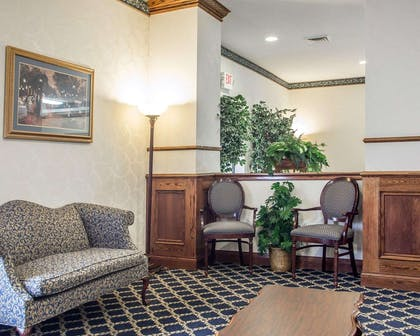 Lobby with sitting area | Comfort Suites Jefferson City