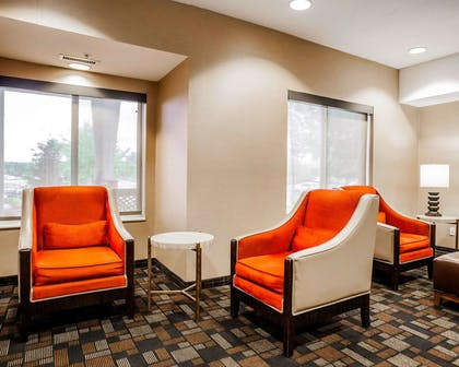 Lobby with sitting area | Comfort Suites Independence - Kansas City