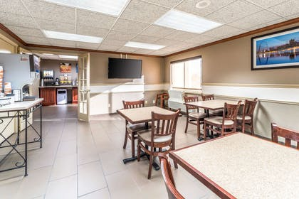 Enjoy breakfast in this seating area | Comfort Inn Festus-St Louis South
