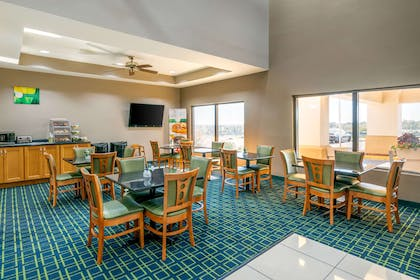 Breakfast area | Quality Inn & Suites Jefferson City