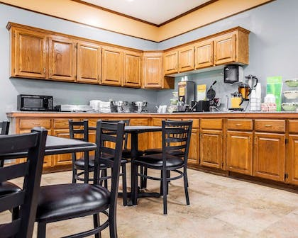 Breakfast counter | Quality Inn & Suites Kansas City Airport North