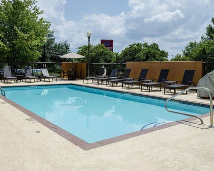 Outdoor pool | Comfort Suites Starkville