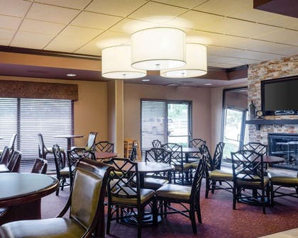 Enjoy breakfast in this seating area | Comfort Suites Starkville