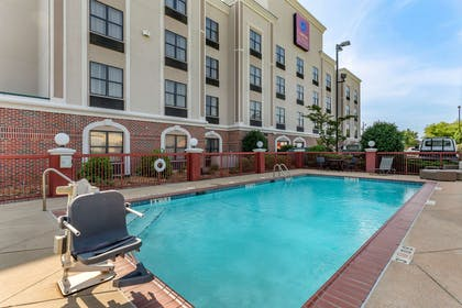 Outdoor pool | Comfort Suites Southaven I-55