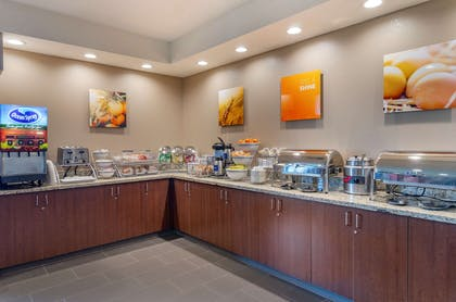 Breakfast area | Comfort Suites Airport
