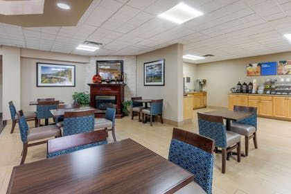 Enjoy breakfast in this seating area | Comfort Inn Asheville Airport