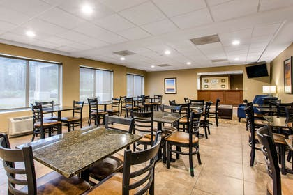 Enjoy breakfast in this seating area   Comfort Suites Wilmington near Downtown