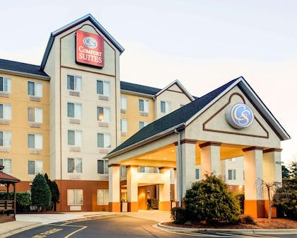 Hotel entrance | Comfort Suites Airport