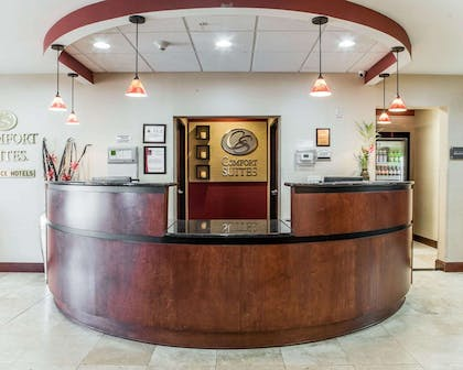 Front desk with friendly staff | Comfort Suites Four Seasons