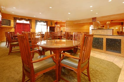 Enjoy breakfast in this seating area | Norfolk Lodge & Suites, an Ascend Hotel Collection Member