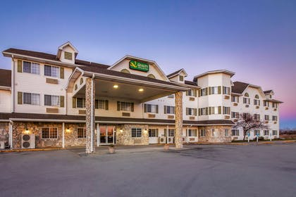 Hotel at night | Quality Inn & Suites