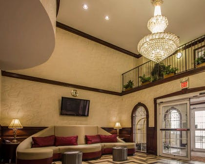 Spacious lobby | Quality Suites NYC Gateway