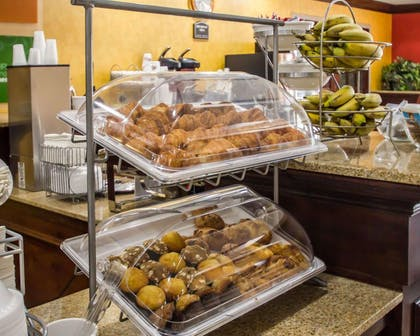 Free breakfast | Quality Suites NYC Gateway