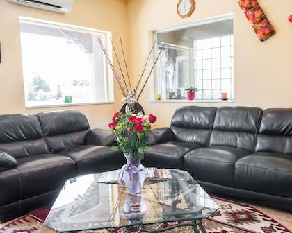 Lobby with sitting area | Econo Lodge Old Town