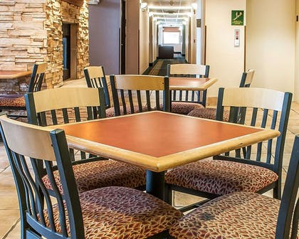 Enjoy breakfast in this seating area | Comfort Inn - Midtown