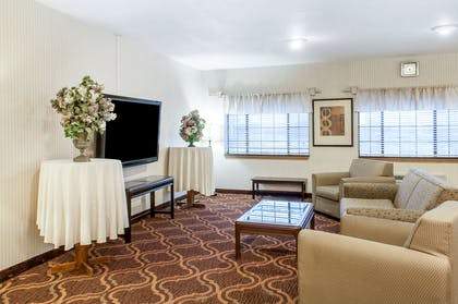 Hotel lobby | Quality Inn & Suites Grants