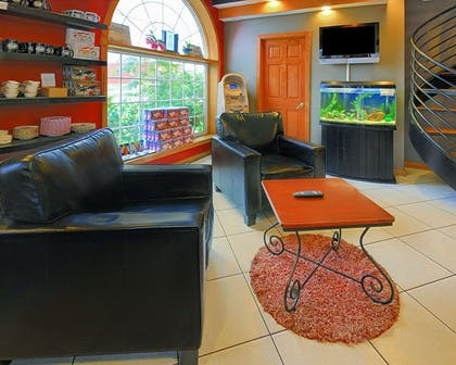 Lobby with sitting area | Econo Lodge At The Falls North