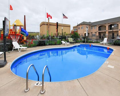 Outdoor pool | Econo Lodge At The Falls North