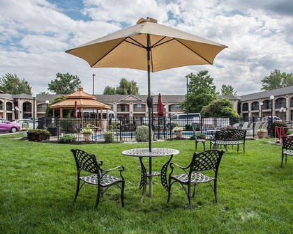 Garden courtyard | Econo Lodge At The Falls North