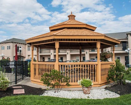 Relax in the hotel's gazebo | Econo Lodge At The Falls North