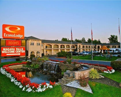 Hotel entrance | Econo Lodge At The Falls North